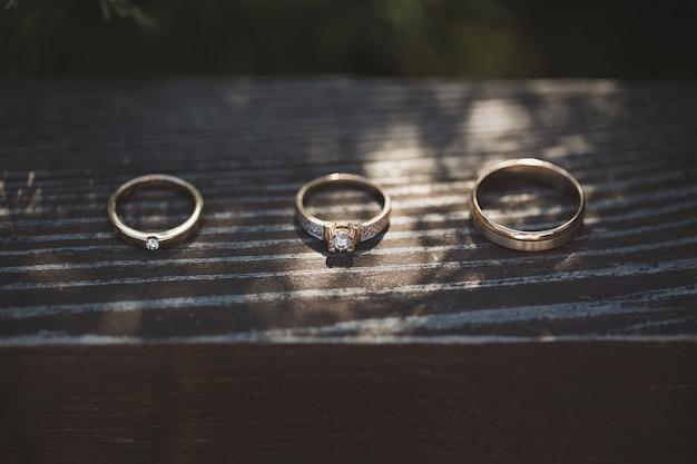 Drei ringe auf hölzernem hintergrund
