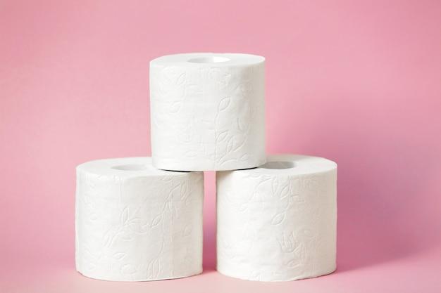 Drei rollen weißes toilettenpapier