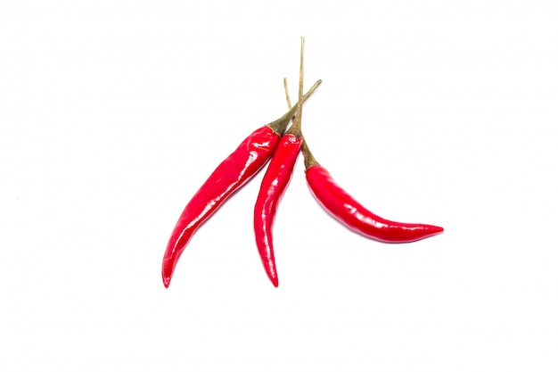 Drei rote chilischoten, isolat, eine gruppe peperoni