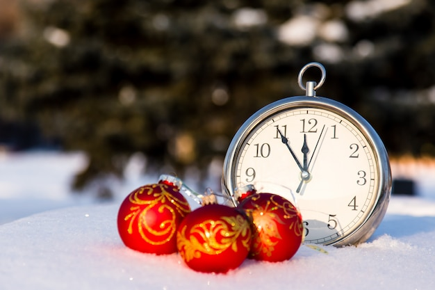 Drei rote weihnachtskugeln und wath auf einem schnee.