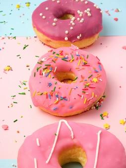 Drei runde verschiedene süße donuts mit streuseln