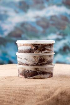 Drei sardellen in dosen, kleine fische, sardinen