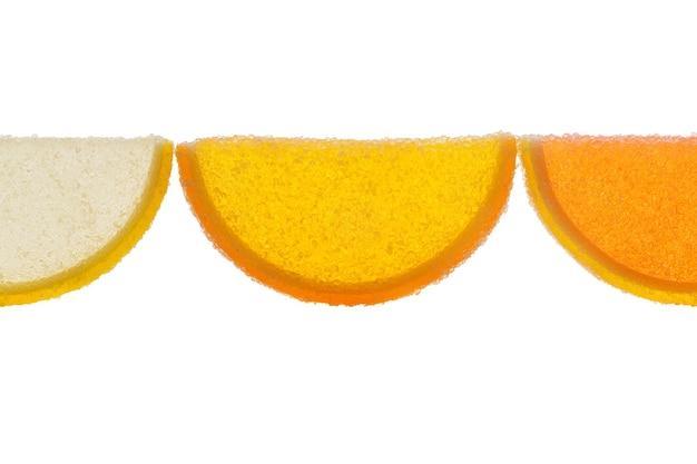 Drei scheiben gelbe und orangefarbene marmelade bestreut