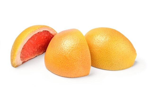 Drei scheiben grapefruit lokalisiert auf weißem hintergrundausschnitt.