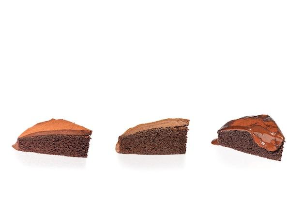 Drei scheiben schokoladenkuchen isoliert in weißem hintergrund