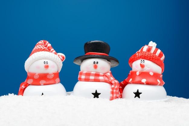 Drei schneemänner im schnee