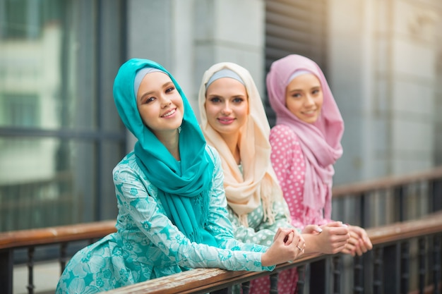 Drei schöne junge frauen in muslimischen kleidern