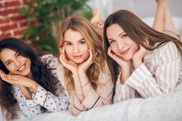 Drei schönheiten. bild von drei schönen mädchen, die zeit zusammen verbringen