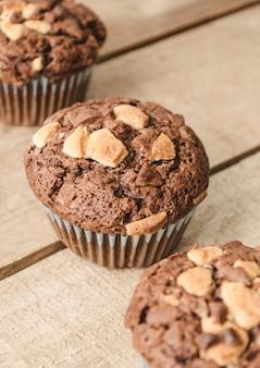 Drei schokoladenmuffins reihen sich diagonal aneinander.
