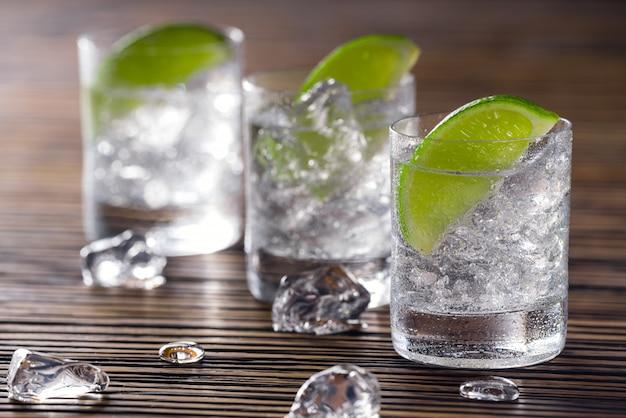 Drei schüsse mit gin tonic