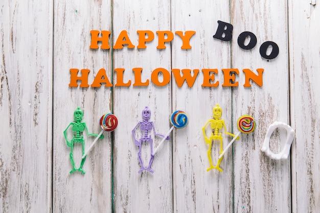 Drei skelette und happy halloween superscription