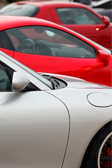 Drei sportwagen in einer garage zu verkaufen
