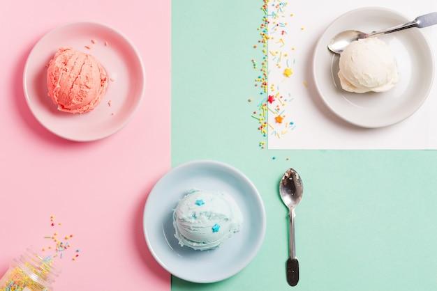Drei teller mit frischen natürlichen hausgemachten früchten und vanilleeis