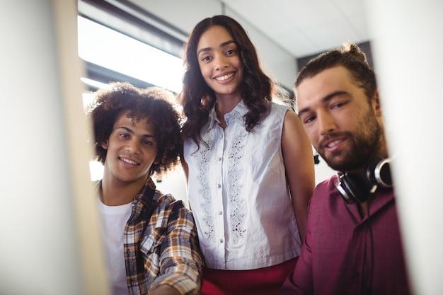 Drei toningenieure arbeiten im studio zusammen