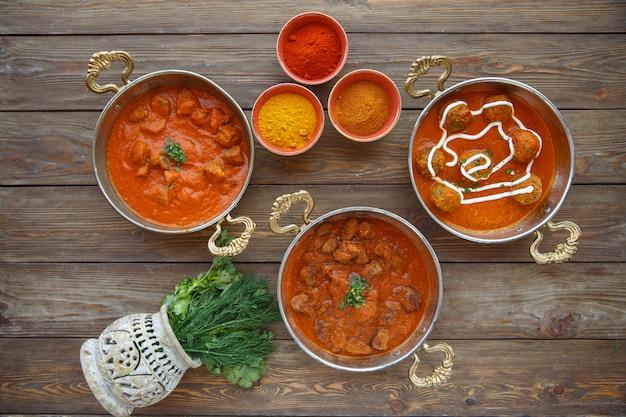 Drei türkische beilagen mit fleisch, fleischbällchen in pikanter sauce in kupferpfannen