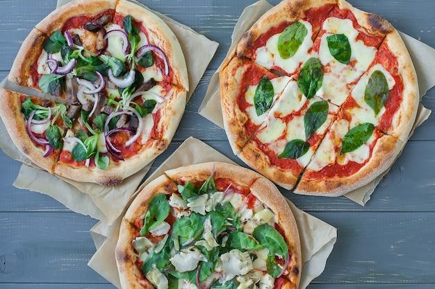 Drei verschiedene arten von pizzen.