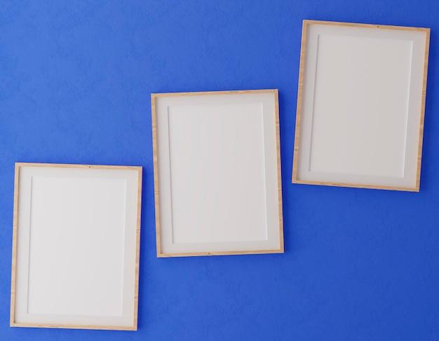 Drei vertikale holzrahmen an der blauen wand