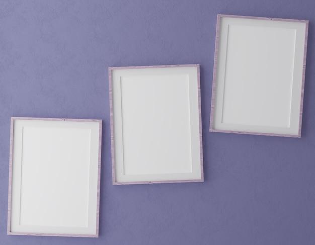 Drei vertikale holzrahmen auf lila wand