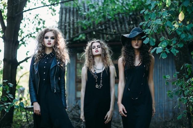 Drei vintage-hexen gehen zum sabbat-abend von halloween