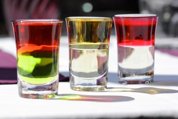 Drei von sechs schichten cocktail