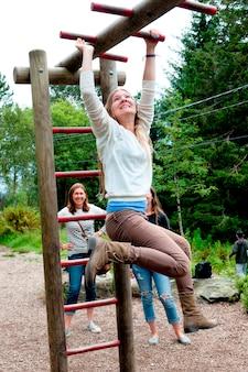 Drei weibliche freunde, die spaß in einem park, bergen, norwegen haben