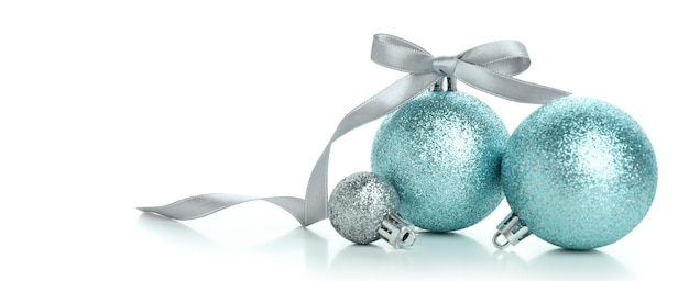 Drei weihnachtskugeln isoliert auf weißem hintergrund