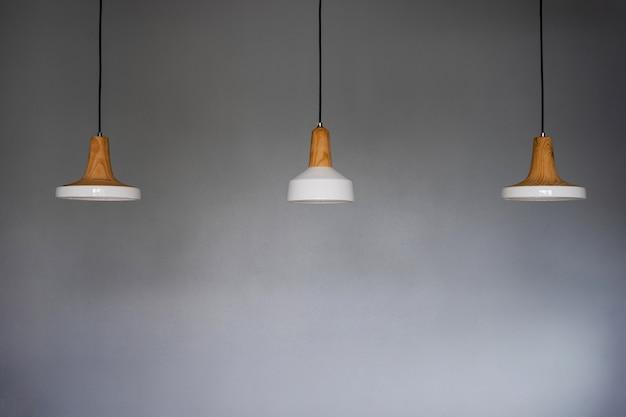 Drei weiße keramiklampen an der decke