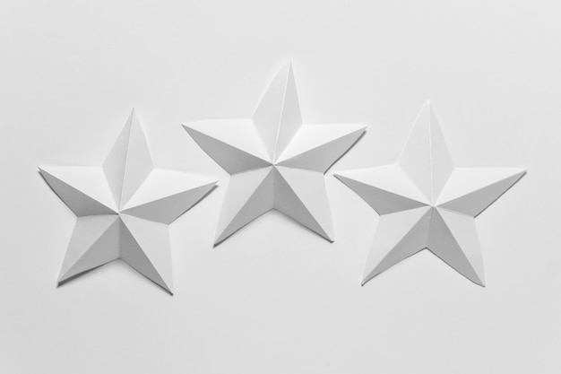 Drei weiße papier gefaltete origami-sterne