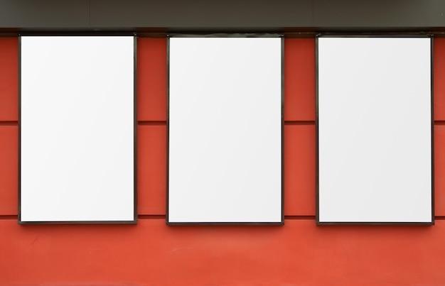 Drei weiße rahmen an roter wand