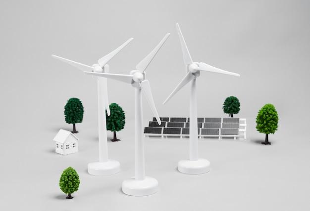 Drei windturbinen und solarpanel