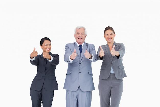 Drei wirtschaftler, die daumen aufgeben