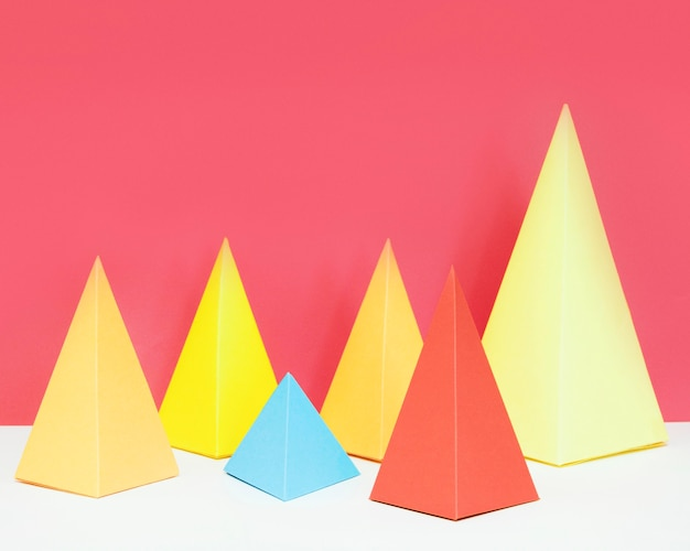 Dreieck geometrisches papierformpaket auf schreibtisch