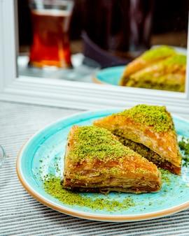 Dreieckig geformtes türkisches dessert mit pistazie