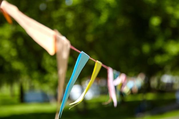 Dreieckige festivalflaggen im sommerpark