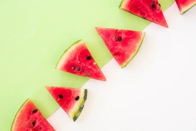 Dreieckige form von wassermelonenscheiben auf doppelhintergrund