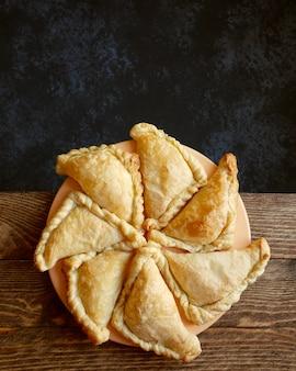 Dreieckige kuchen auf einer platte