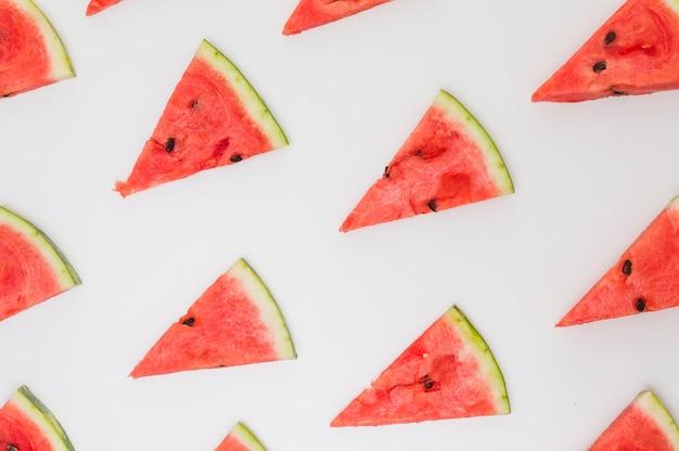 Dreieckige scheiben der wassermelone lokalisiert auf weißem hintergrund