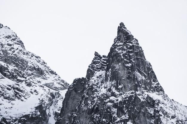 Dreieckiger schneekappenberg in der polnischen tatrah
