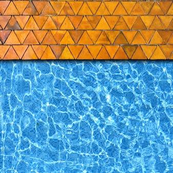 Dreiecksteinpflasterung mit poolrandhintergrund