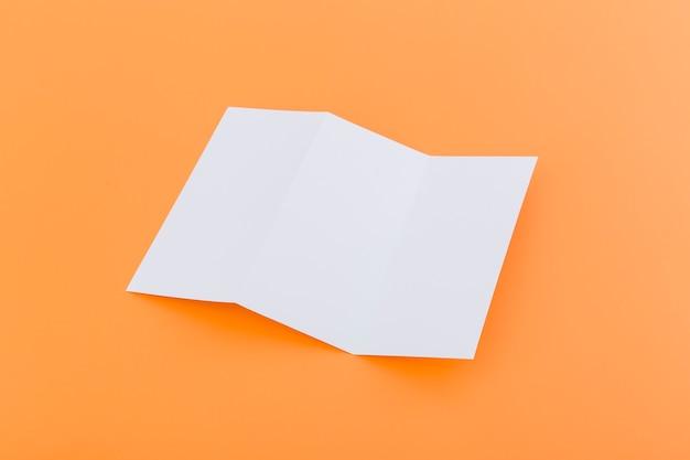 Dreifach gefaltete broschüre auf dem schreibtisch