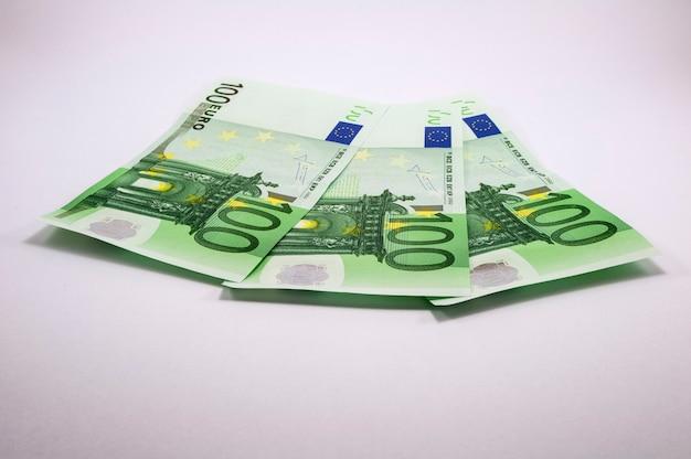 Dreihundert euro in hundert scheinen Premium Fotos