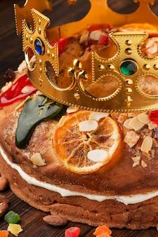 Dreikönigskuchen roscon de reyes und krone mit rubinen