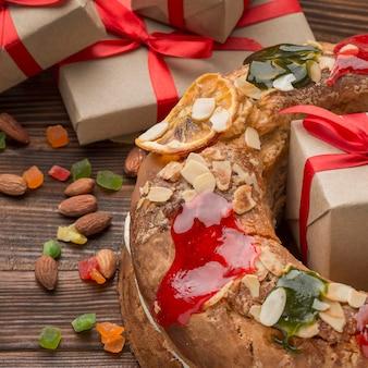 Dreikönigskuchen roscon de reyes und verpackte geschenke