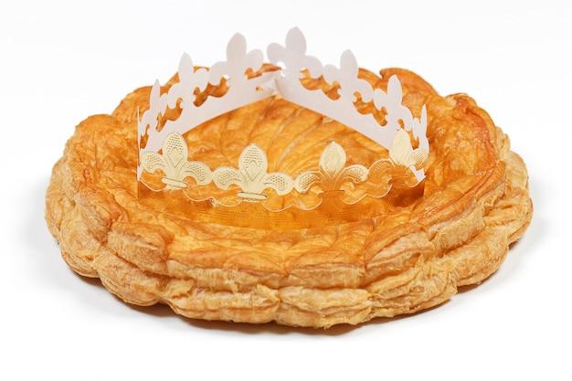Dreikönigskuchen und krone isoliert auf weißem raum