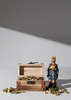 Dreikönigstag schatzkiste mit steinen und könig