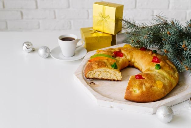 Dreikönigstagsdessert mit geschenken und kaffee
