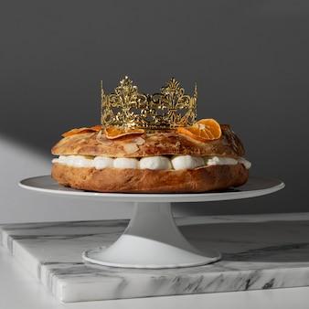Dreikönigstagsdessert mit getrockneten zitrusfrüchten und krone
