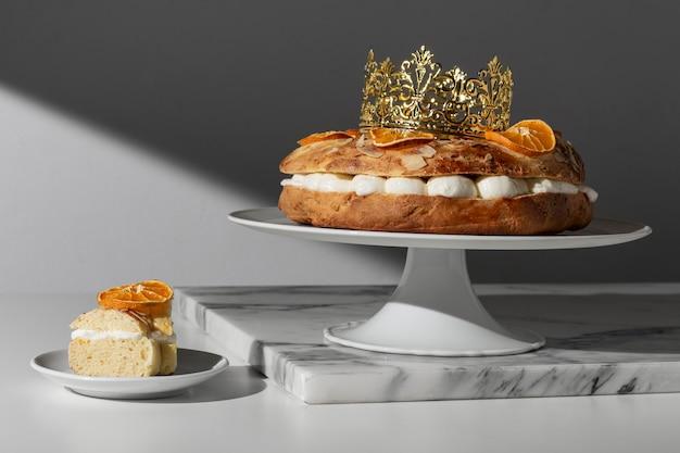Dreikönigstagsdessert mit krone und getrockneten zitrusfrüchten