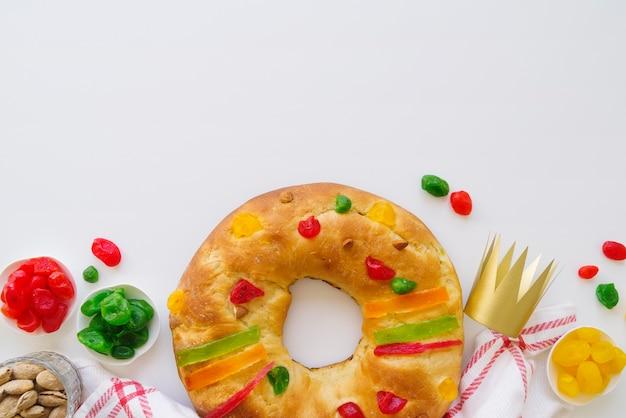 Dreikönigstagsdessert mit krone und süßigkeiten