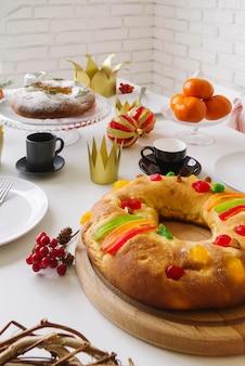 Dreikönigstagsdessert mit süßigkeiten und beeren dekoriert